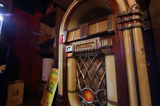 三宿のバー La Familia ジュークボックス